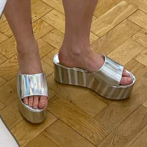 Metallic Platform Sandals by Lemon Drop. Size US 10, but totally fits a Size US 9, which is a EU 42. As you can see they are too big for me and therefore I have to sell them. In very good condition and only worn once - inside. Please DM me if you have questions or want measurements :-)