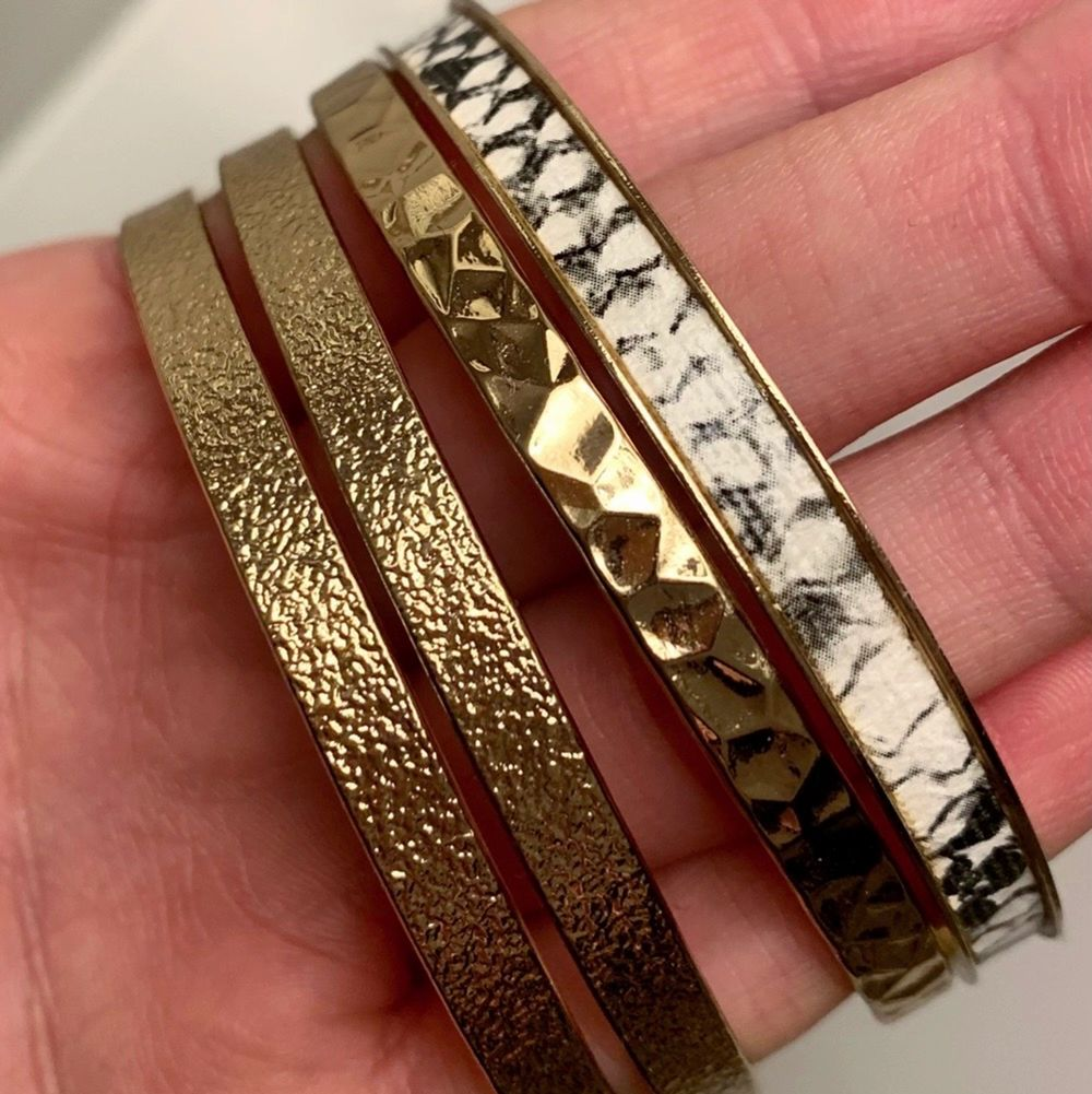 Säljer dessa 4 armbanden i guld (INTE ÄKTA GULD), armbanden är helt oanvända, som nya. Storlek One Size, så ska passa alla. Säljer för 80 kr för ALLA tillsammans. Köparen står för frakten! . Accessoarer.