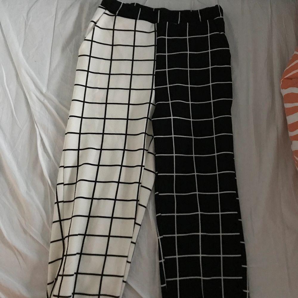 Mysiga byxor i olika färger jag köpt från Shein för ett tag sen. Använda bara en gång ungefär. Du betalar frakt eller möts upp. . Jeans & Byxor.