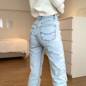 Jättesköna mom jeans som sitter sååå fint på! Använda en del men är i jättebra skick. säljs för 80kr+66kr frakt💕