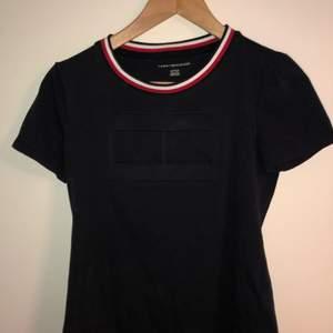 Mörkblå Tommy Hilfiger t-shirt. Stort märke på bröstet. använd 2-3 gånger. Fler bilder eller frågor skriv privat. Jag har lakt ut en till T shirt om du vill köpa den så får du båda för 120kr.