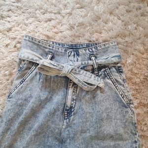 Jättefina paperbag jeans strl XS, men för långa för mig så aldrig använda (är 150 cm lång), enbart testade!