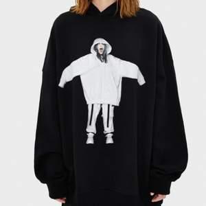 Hej jag säljer denna Billie eilish hoodie köpt 2019 i Milano som ny bokstavligt talat. Köpt för 349kr i storlek s om säljer för 250 kr ✨✨