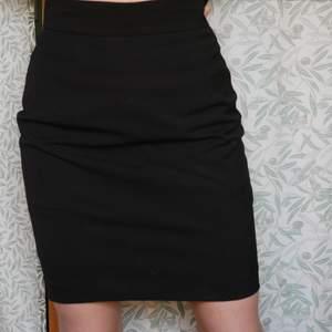 Skitsnygg kjol i lite kostymvibe som ger en otroligt najs siluett. Superbra skick men kommer inte till användning när den sitter lite löst numera. Säljer då jag verkligen behöver plats i min garderob och behöver pengarna! Studentlivet... 🥴 Bara att höra av sig för fler bilder/info. Fixar alltid bra paketpris om ni köper fler kläder samtidigt, frakten varierar, men snabba affärer uppskattas alltid och då kan priset sjunka lite. ❤️ kolla gärna in resten av min sida