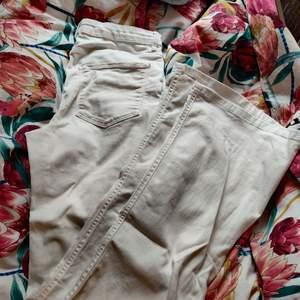 Långa, vita, boot cut jeans från Zara! Väldigt lite använda! Säljer nu allt* för 20-30kr på min profil! Gå in och kolla vetja!🤩✨🌸