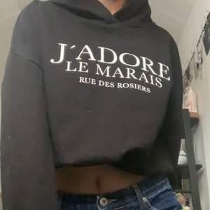 En svart hoodie med franskt tryck i storlek S men passar XS-M beroende på hur man vill att den ska sitta, skriv för mer info❤️❤️