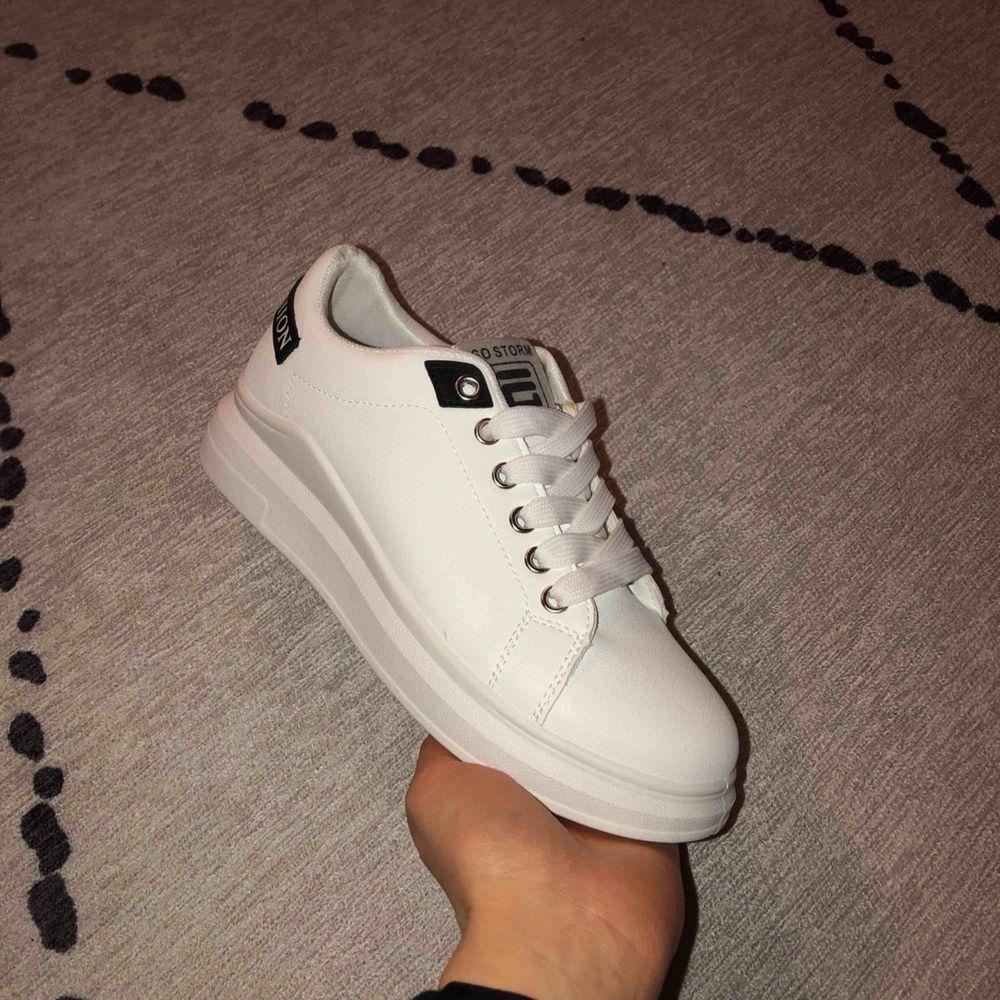 Vita sneakers, märket Sawind Fashion. Strlk 37, men för små för mig och aldrig använda. Mötas upp/Kan skickas . Skor.