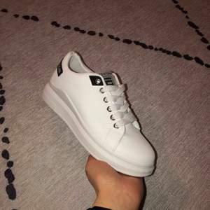 Vita sneakers, märket Sawind Fashion. Strlk 37, men för små för mig och aldrig använda. Mötas upp/Kan skickas
