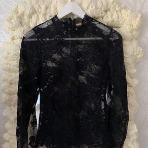 säljer denna nicki Minsk x hm spets tröjan, den har använts två gånger under beloppet av tre år och söker nu ett nytt hem, vet tyvärr inte storleken men passar upptill en M, köparen står för frakt