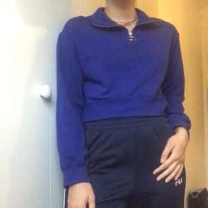 Superfin blå zip up tröja, croppad längd. Från H&M i storlek XS.