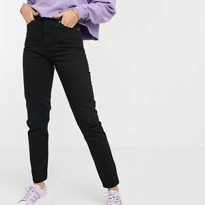 """Helt nya endast testade svarta jeans från Dr denim i modellen Nora. Det är i deras """"Tall"""" kollektion. Storlek 31 men är absolut ingen stretch i dem så skulle säga en M/L. Säljer pga att de inte passar på mig 🥺 Frakt tillkommer!"""
