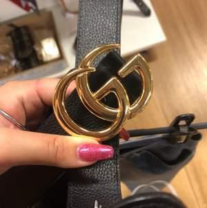 Gucci bälte, köpt på second hand så vet inte om det är äkta eller ej. Är lite slitet på spännet men syns inte om man inte kollar nära. De hål som finns nu är till ungefär storlek L men går att göra mer hål för att göra det mindre. Säljer för det inte kommer till användning. 💜Kommer köra budgivning då det är många intresserade💜