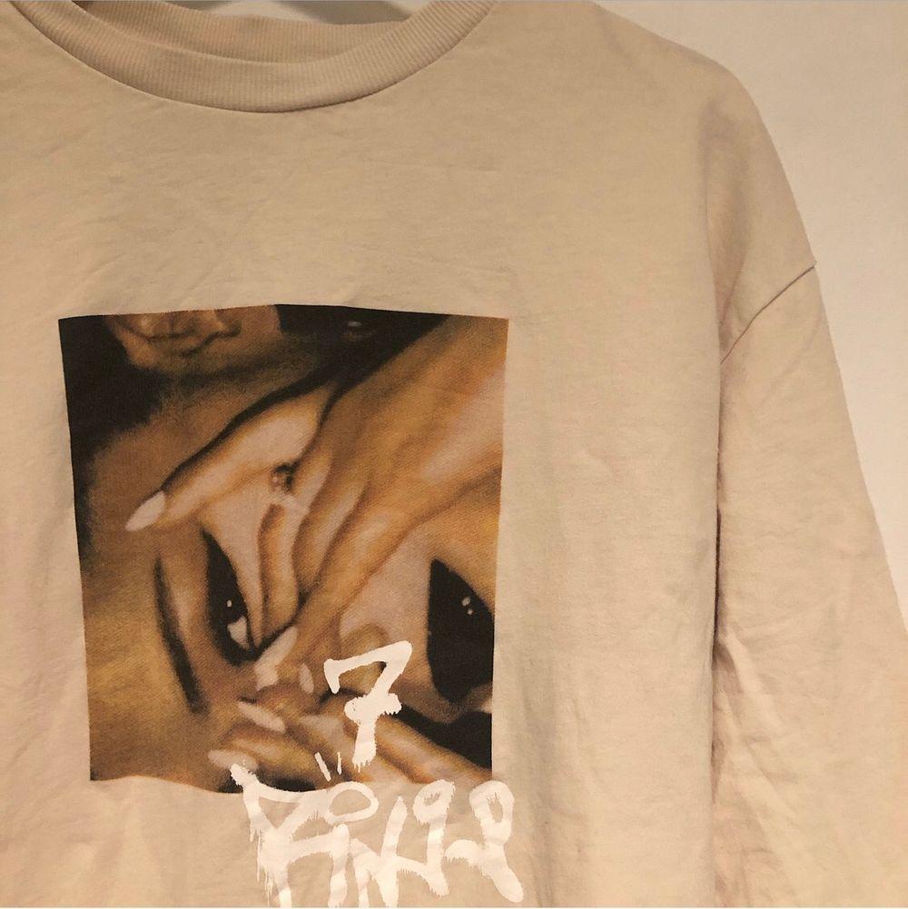 Ariana Grande tröja i stl S.🤍 Beige färg med stort tryck på magen. Skriv om du har du frågor eller vill köpa tröjan💕. Tröjor & Koftor.