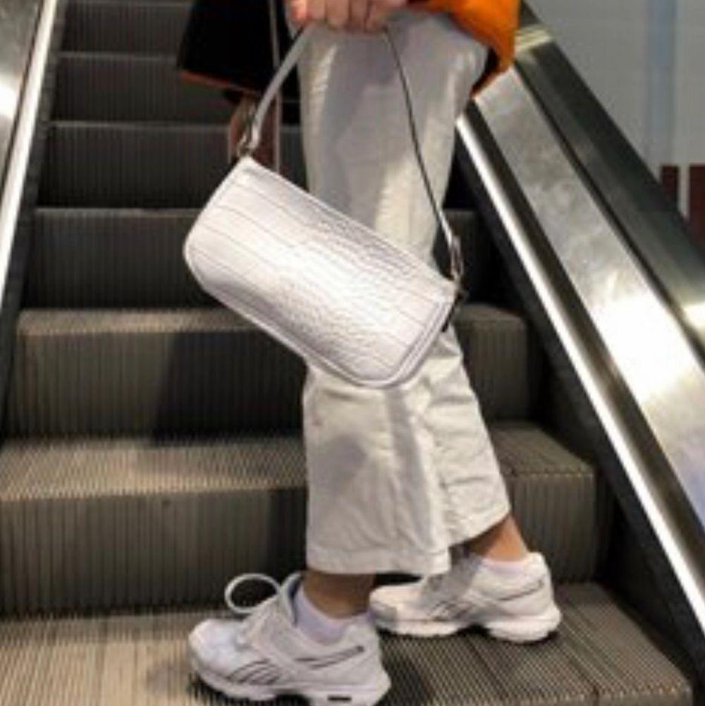 Sjukt fina baguette väska som kommer aldrig till användning! Finns andra färger! ❗️Obs❗️ Lånad bild ❗️. Väskor.