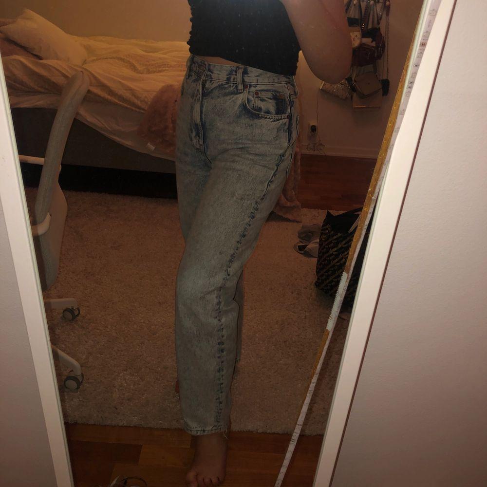 Snygga ljusblå straight / mom jeans💕 Säljer pga lite för stora för mig😊  . Jeans & Byxor.