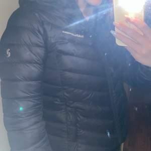 Säljer min peak jacka som är endas använd en vintersäsong. Jättefint skick, inga skador. Storlek S. 1500kr + frakt, kan tänka mig gå ner i pris vid snabb affär😊 (ledande bud 1300kr + frakt, avslutas torsdag 1/10)