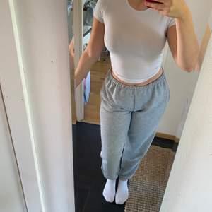 Supersnygga gråa sweatpants från pretty little thing! Storlek 12 uk men skulle säga att den passar S-M! Lite noppriga dock annars är de i bra skick!