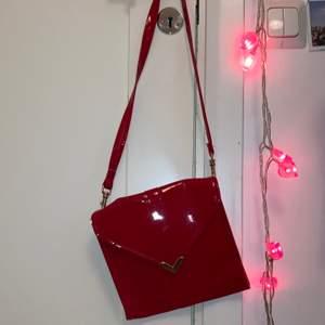 Säljer denna röda lackväska med gulddetaljer! Svårt att ge den rättvisa på bilderna! Men den är mer klarröd i verkligheten! Så fin! 💖 hör av er för fler frågor!