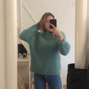 Såååå fin stickad tröja från Mango! Tar bara plats i garderoben tyvärr! Väldigt tjock och JÄTTEGOSIG till vintern! Tröjan är som sagt extremt tjock så frakten kommer tyvärr kosta lite😬
