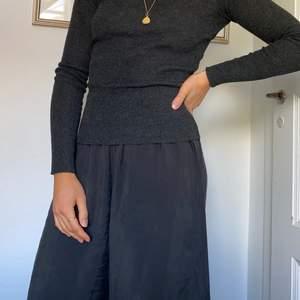 Mycket skön mörkgrå tröja från Gina. Tycker den sitter bra på och passar till mycket men får aldrig användning för den :( storlek XS passar S med.