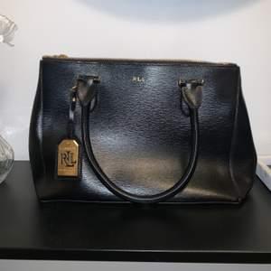 Knappt använd väska från Ralph Lauren, som att den är oanvänd. Dustbag ingår. Skriv till mig så kommer vi överens om ett bra pris!