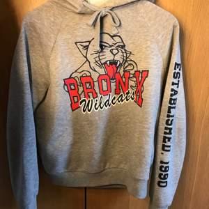 Grå hoodie från Gina tricot, skön, snygg och cool. Men för liten för mig.