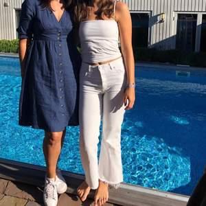 Pruta/buda! Vita utsvängda jeans med hög midja och knappar, från Anine Bings samarbete med Gina Tricot. Så snygga men lite små i storleken. Fransiga nertill som man ser på första bilden. Tittar man noga ser man att sömmen i hörnet på bakfickorna har blivit lite grå (sista bilden), annars är de i toppenskick och använda få gånger :)
