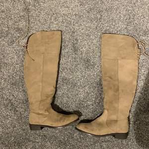 Jag säljer mina nya beiga mocka skor i storlek 36 från din sko. Aldrig använda och i ett toppskick. Säljer pågrund av för små.  Pris kan diskuteras men köptes för 600 kr.