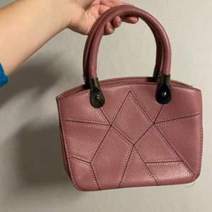 supersöt rosa handväska, köpt på second hand :) köpare betalar frakt <3