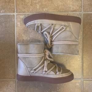Superfina äkta Inuikii skor köpta förra vintern i fortfarande mycket gott skick. Säljer pga vill köpa i en annan färg. Nypris 2599kr säljer för 1900kr 🙌🏼🖤 frakt ingår givetvis!