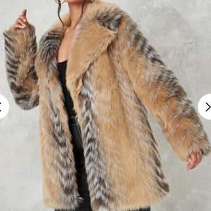 Faux fur jacka från Missguided i storlek 36, helt oanvänd med lappar kvar. Nypris 1300.