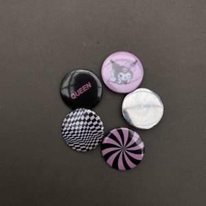 Custom made pins, 10:- styck eller 50:- för hela paketet. Skriv till oss bara ✨ Kolla profilen för fler pins. Vi kan också göra custom pins med ditt motiv på! 🌼 Frak tillkommer på 10:-