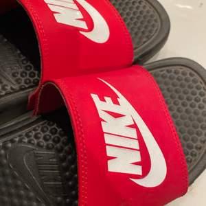 Sparsamt använda slippers från Nike. Storlek 40, passar mig som skiftar mellan 39-40.