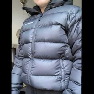 Säljer min svarta peak jacka i storlek S, inga anmärkningar de vill säga inga hål inga repor eller nått. värdigt fint skick! Säljer den för 1700kr + frakt. inga bud utan den första som vill ha den får den!😁
