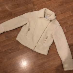 Jag säljer en helt ny & oanvänd Teddy biker jacket från Mint & Berry!