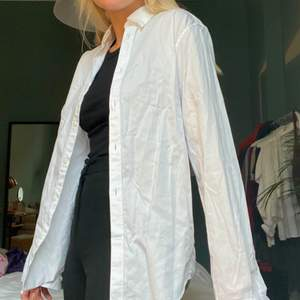 En skjorta som är en nyckel till en enkel/stilren eller festlug outfit. Bild nr. 2 är exempel på hur den kan göra en outfit mer intressant! Går självklart att stryka för en mer ren look.