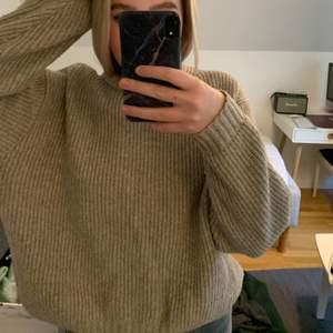 Säljer min absoluta favorit beiga stickade tröja! Super skön och super mysig. Är i en storlek S, köpt för 300 säljer för 100🤍 (Tar endast swish)