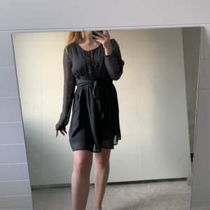 Super gullig klänning från Objekt, sparsamt använd, storlek 38 men passar mig som har 36/s i vanliga fall✨