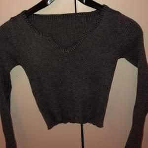 Säljer denna supersnygga gråa tröja då jag inte använt den frakt tillkommer💕
