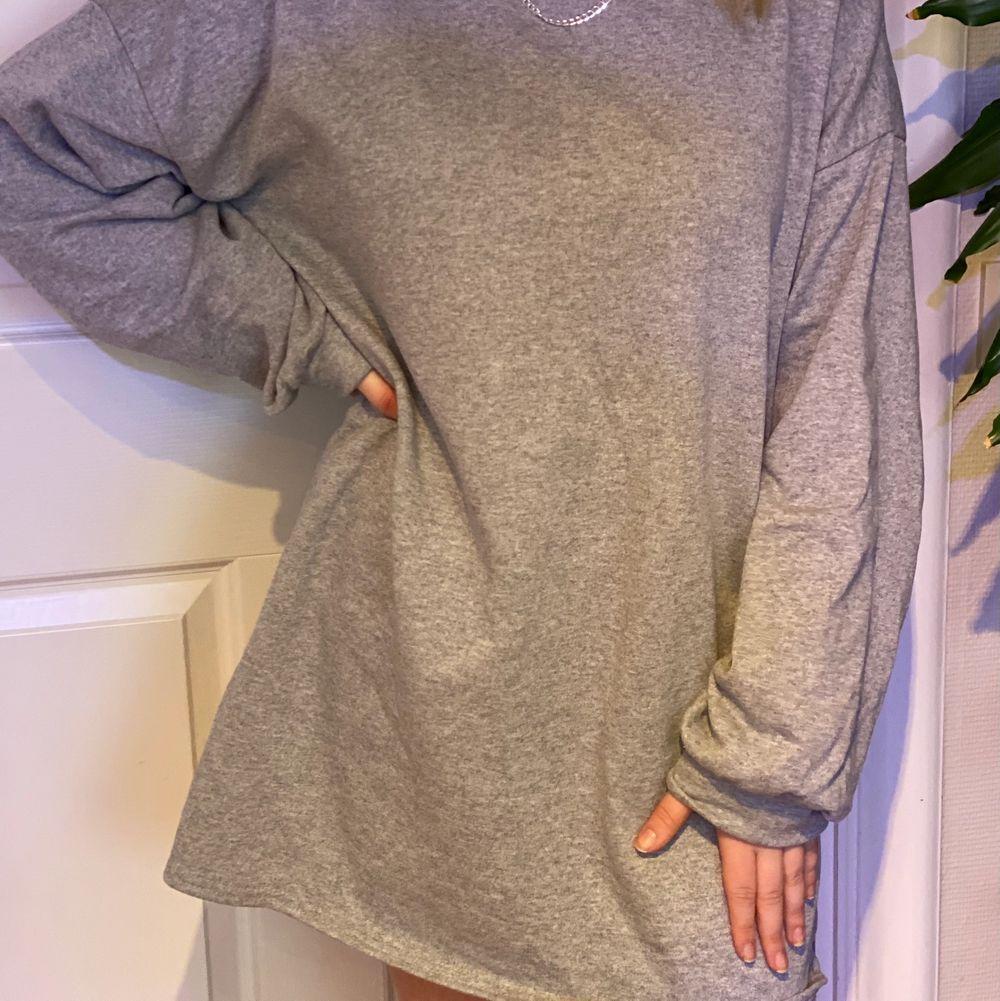 Skön och snygg grå sweatshirt dress från Missguided. Aldrig använd, prislappen kvar. Köparen står för frakten! 😄. Klänningar.