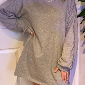 Skön och snygg grå sweatshirt dress från Missguided. Aldrig använd, prislappen kvar. Köparen står för frakten! 😄