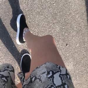 Svarta slip-ons skor från h&m. Endast använda ett fåtal gånger☺️ Säljer då jag har ett par nästan likadana🥰 Hör av er vid några frågor!🦋