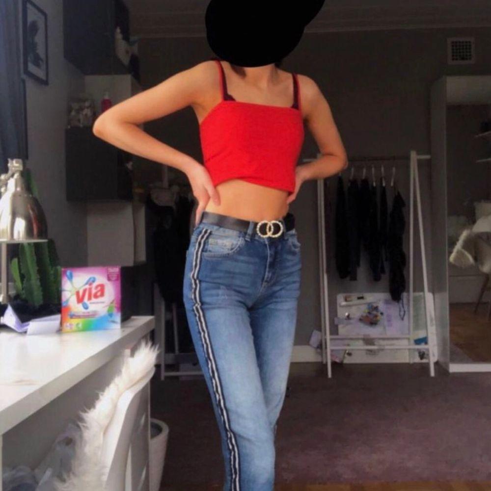 säljer dessa oanvända momjeans i storlek 34. pris kan diskuteras vid snabbaffär. Jeans & Byxor.