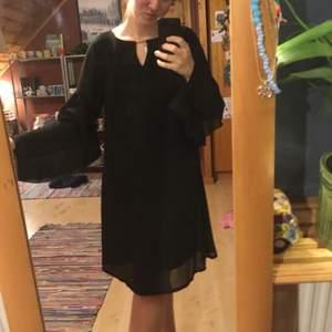 Svart klänning med volangärmar från Happy Holly (Bubbleroom) som bara är använd en kväll!