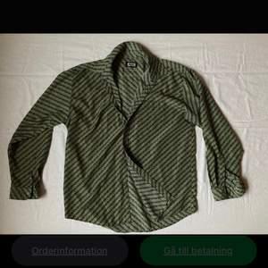 """Mönstrad grön skjorta från Best. Materialet är polyester och den har lite """"retro"""" look. I så gott som nyskick!"""