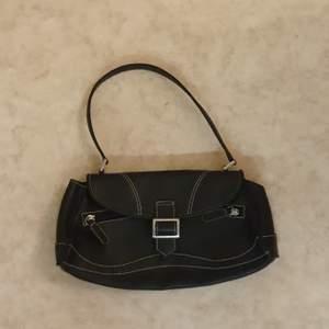 En jättefin svart vintage shoulder bag från 90's, buda I kommentarern eller köp direkt för 200:) (skriv privat för mer bilder)