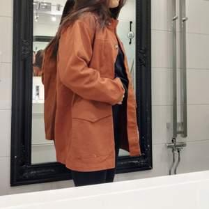 Höstjacka från Monki strl xxs men den är oversized. Jag bär vanligtvis 36 och är 161 cm. Använd 1 gång. Frakten är inräknad i priset