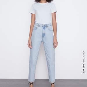 Säljer ett par skitsnygga mom jeans från zara!! Endast använda 2 gånger så de är som nya!! Köpta för ca 250kr, kom med prisförslag 🤍 frakten ingår inte i priset