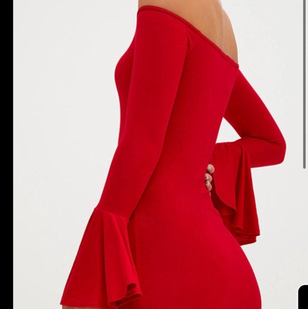 Röd klänning från prettylittlething. Endast testad. Lite genomskinlig men inget farligt om man har nude underkläder. Storlek 36 men klänning passar 38 då den är väldigt stretchig och skön.  Frakt ingår i priset!. Klänningar.