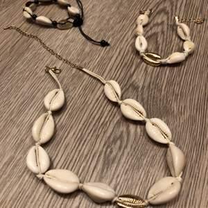 Säljer mina supertrendiga snäcksmycken! Det är ett halsband i guld med en guld snäcka och resten vita och ett matchande armband till det!💫 och sedan ett snäckarmband i svart!💓